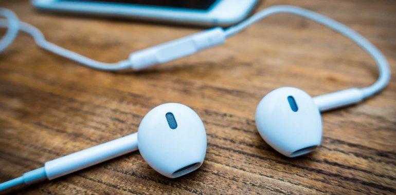 É possível consertar fone de ouvido com mal contato?